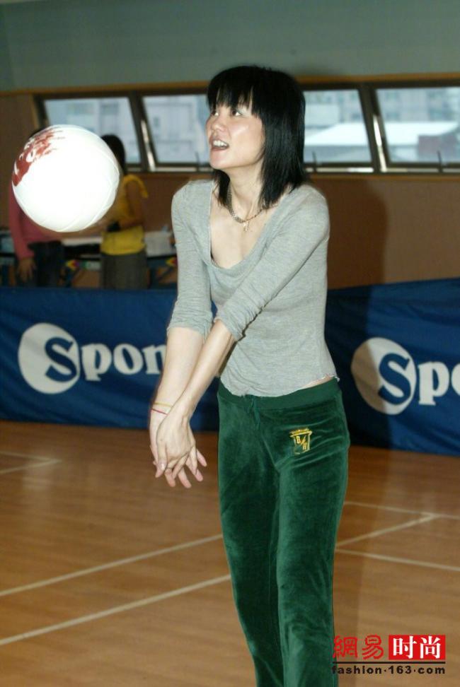 王菲年轻时穿低腰裤打球 穿啥都好看