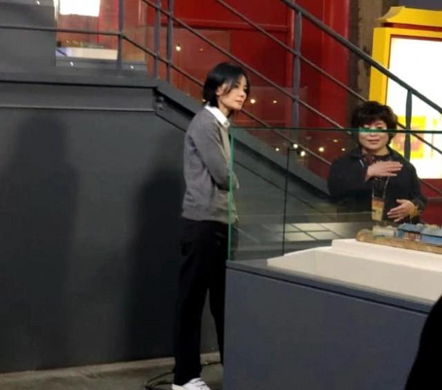 王菲录制综艺 穿灰色长大衣走路带风