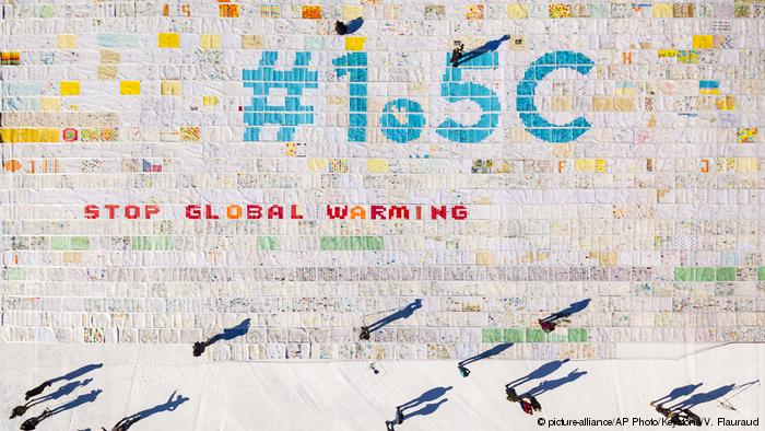 Schweiz Weltrekord größte Postkarte - Kampf gegen Klimawandel (picture-alliance/AP Photo/Keystone/V. Flauraud)