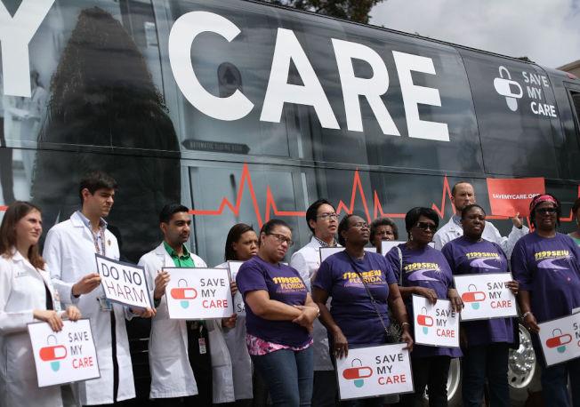 佛州医生护士为抢救平价健保法走上街头。(Getty Images)