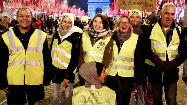 巴黎跨年夜 黄背心和游客同框香街
