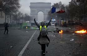 巴黎黄背心示威正演变为暴力冲突