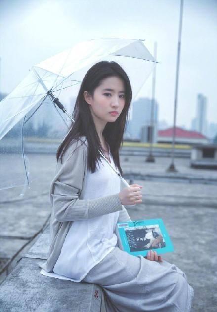 刘亦菲撑雨伞拍写  网友:想起初恋了