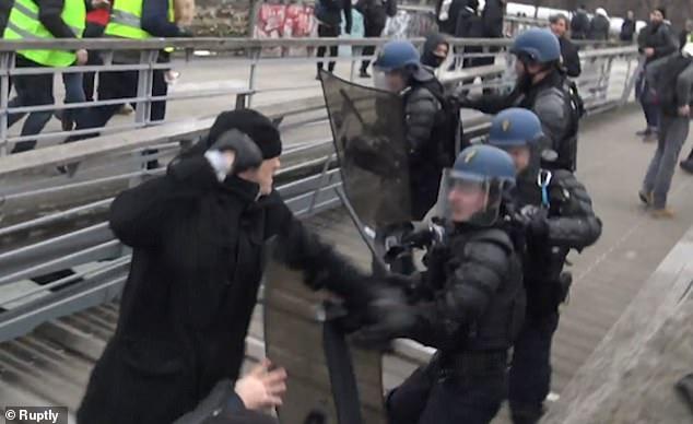 """法国""""黄背心""""运动:拳击冠军猛打警察"""