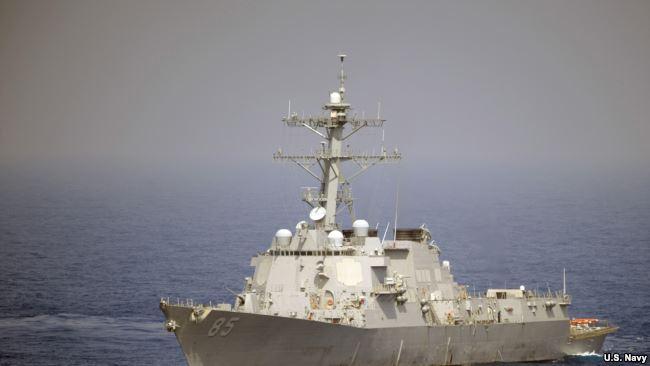 美军麦康贝��号导弹驱逐舰2010年5月在西太平洋航行(美国海军照片)。