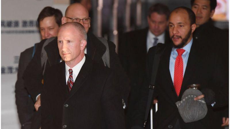 格里什(左)前往开会现场。