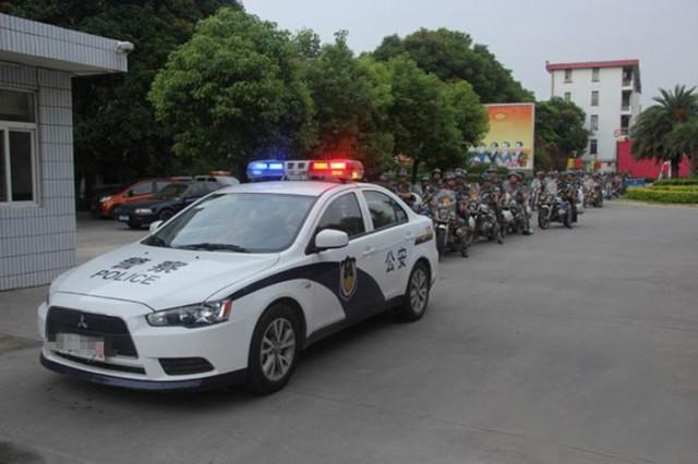中国警车开进校园专抓加拿大外教
