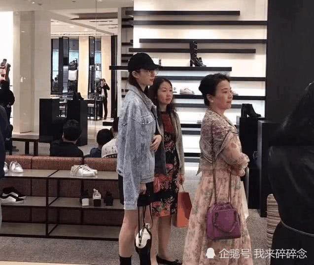 刘亦菲未PS的路人照被疯传:这一身太潮