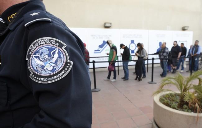 移民心慌  美政府关门每周取消2万听审