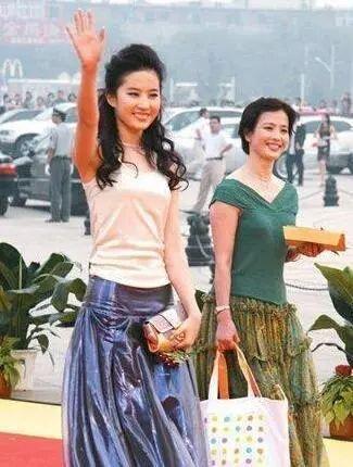 认不出!刘亦菲和妈妈现身机场胖了一圈