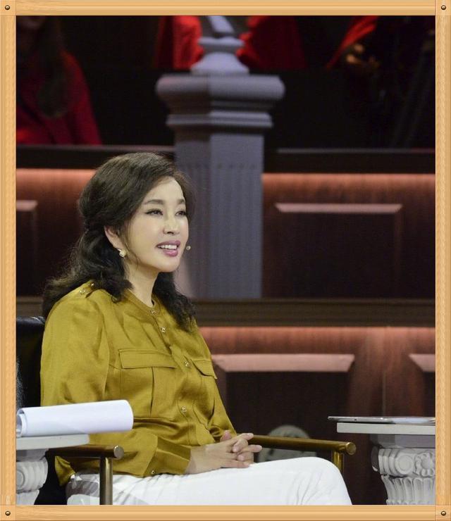 刘晓庆姜黄色衬衫配白裤 美得太高调