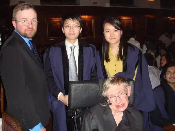 Kitty跟同学在剑桥学院与霍.jpg
