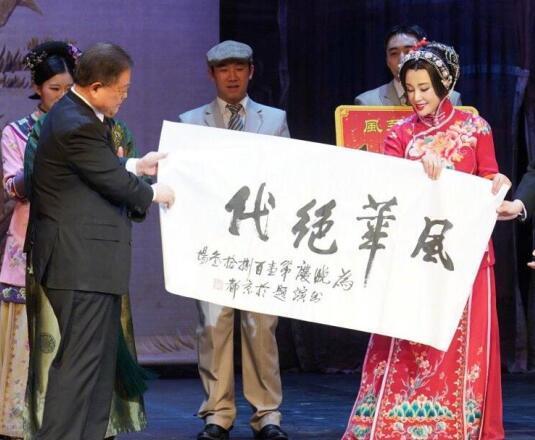 64刘晓庆的77岁老公近照曝光 同台秀恩爱