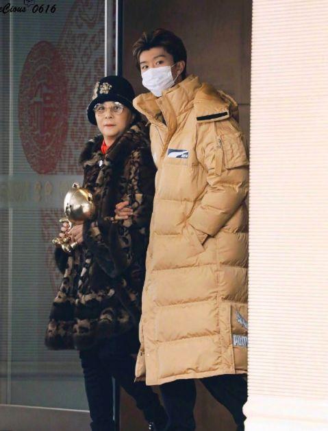 一家人了 李晨携准岳母接机范丞丞回家