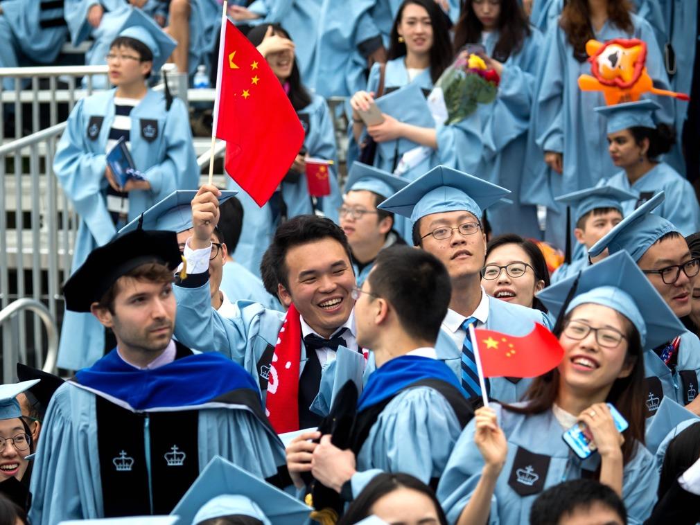 在美中国留学生遭遇困境:进退两难