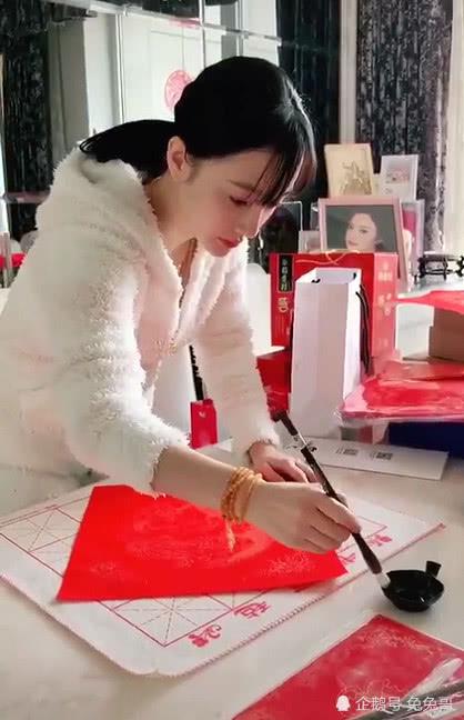 李小璐身穿白衣风格十分素雅,她也变了