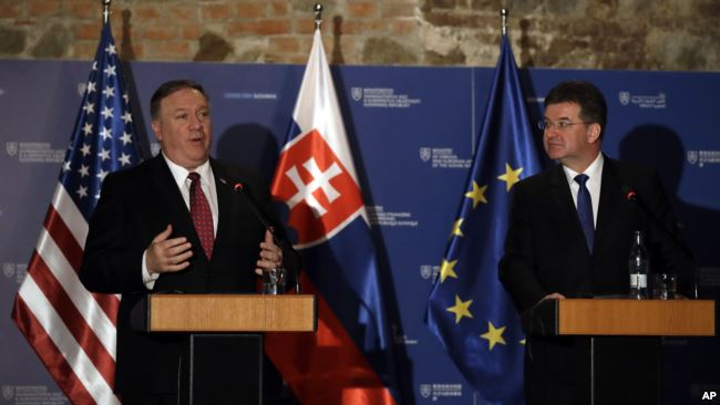 美国国务卿蓬佩奥在斯洛伐克首都布拉迪斯拉发与斯洛伐克外交部长莱恰克在联合记者会上。(2019年2月12日)