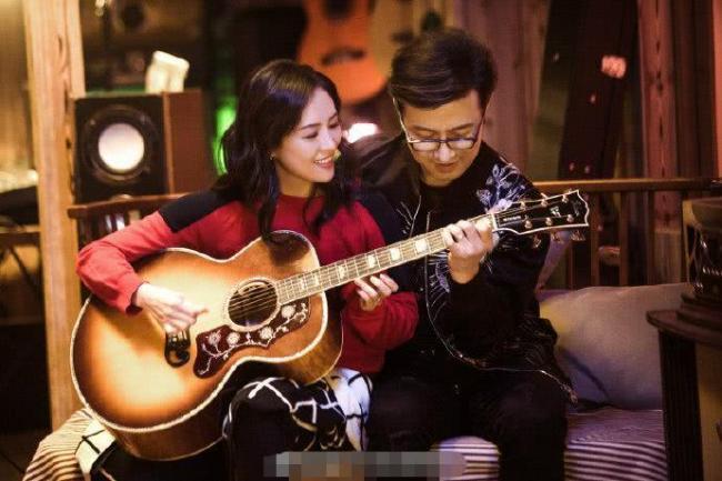 汪峰弹吉他秀恩爱 章子怡望夫脸甜到爆