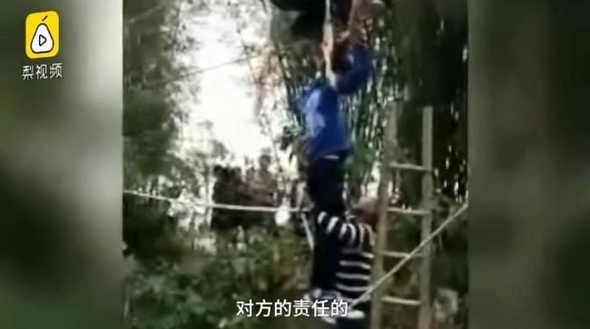 中国游客暴力摇断钢索桥 6人瞬间悬空