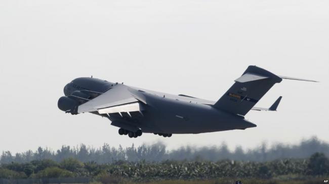 美派出军用飞机向委内瑞拉运送救援物资