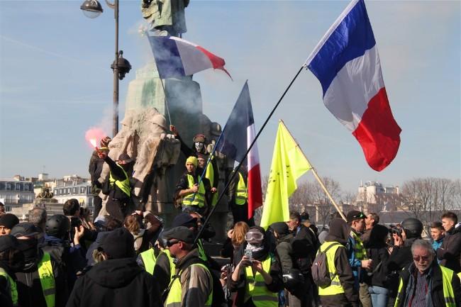 法国黄背心砸车逼哭警察