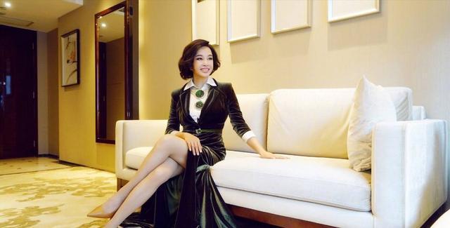63岁刘晓庆不服老 叠穿唐老鸭毛衣扮少女