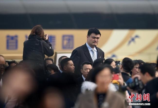 政协十三届二次会议开幕 姚明鹤立鸡群
