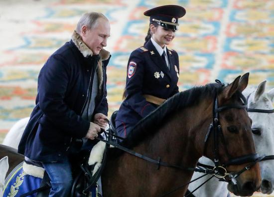 普京参观俄骑警团 同女警一同骑马慢跑