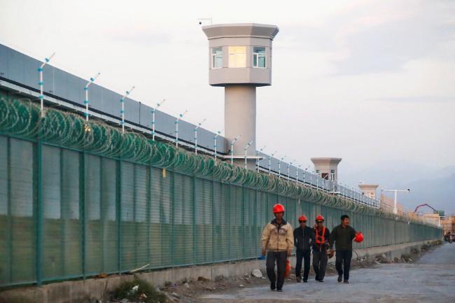 """新疆官员谈拘禁营:""""很像寄宿学校"""""""