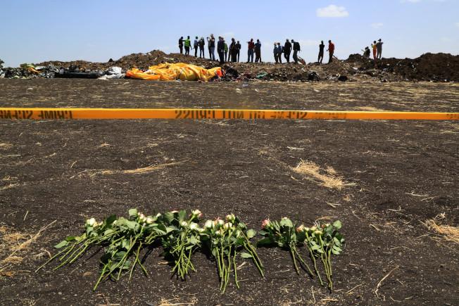 衣索比亚航空失事救援工作在12日结束,遇难者家属在事故发生地放上鲜花寄讬哀思。 (中新社)