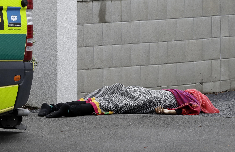 清真寺内一名死者倒在墙边。(美联社)