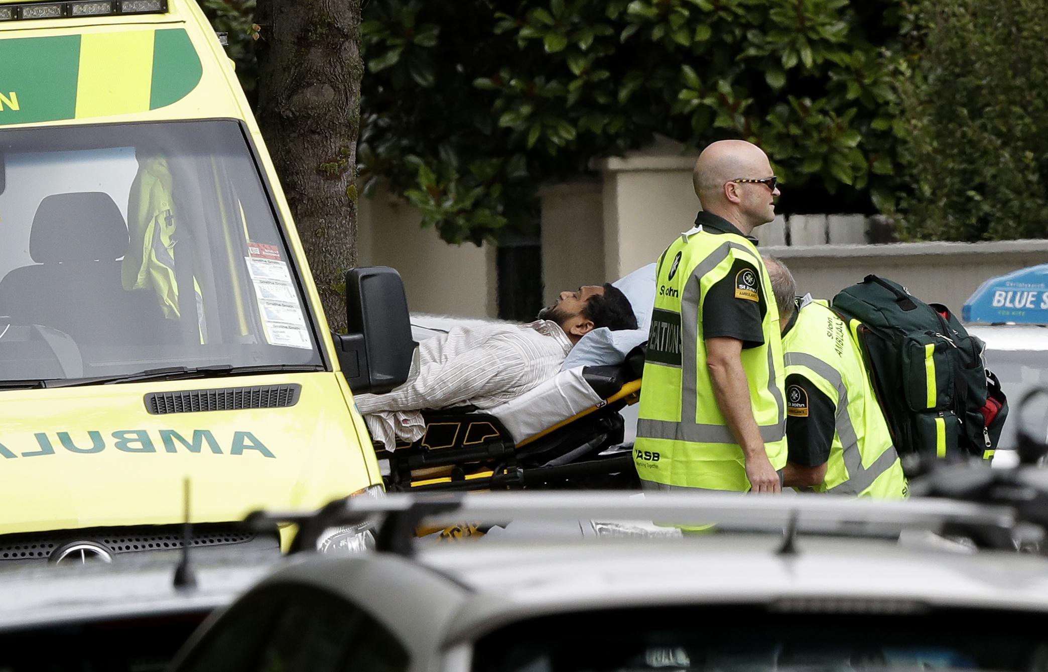 枪手闯进纽西兰清真寺朝人群开枪,图为一名伤者被送上救护车。(美联社)