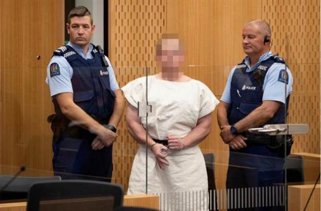 新西兰枪手出庭面无表情 比出这个手势