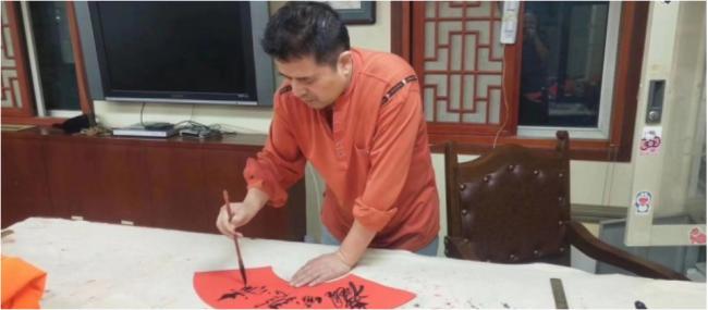60岁毕福剑风采依旧 专心练毛笔字