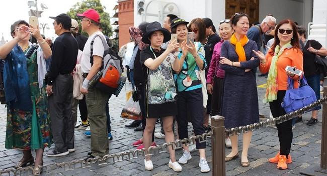 在酒店大堂   2劫匪抢劫一位中国女游客