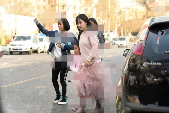 李小璐与女儿穿亲子装出行 好妈妈形象