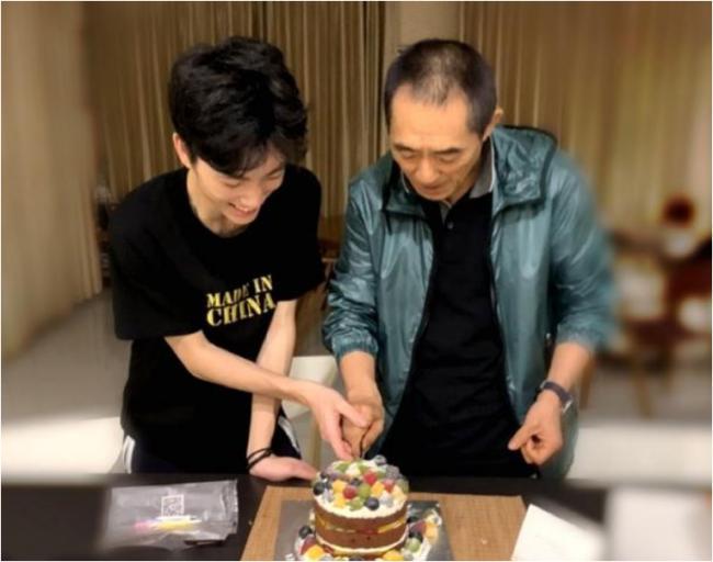 陈婷为张艺谋庆生 与儿子一起切蛋糕
