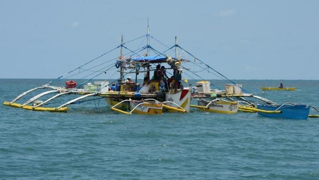 """中国船只出没中业岛 菲律宾指""""已违法"""""""