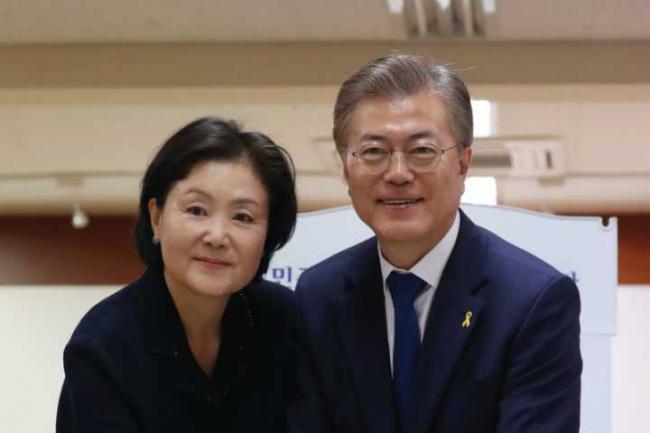 韩美举行罕见的夫妻同行首脑会谈