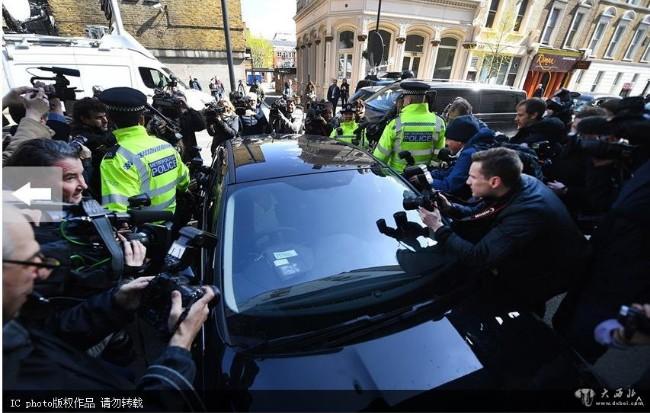 阿桑奇被押到法院  媒体围堵