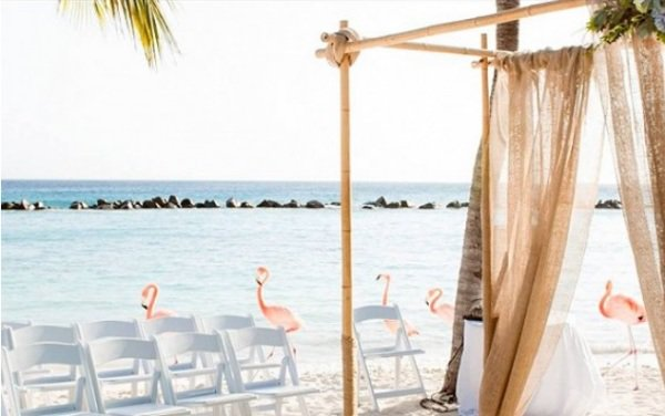 """""""文艺复兴岛""""是由一家五星级酒店经营的私人海滩。"""
