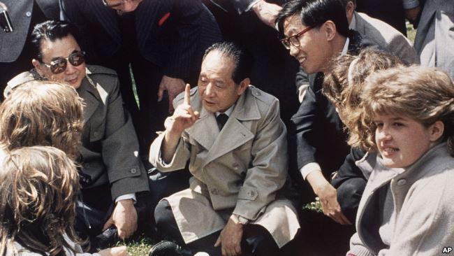 1986年6月10日,中国共产党领导人胡耀邦在英国莎士比亚的出生地同英国女学生坐在草地上交谈,他询问女生对中国的了解。胡耀邦访问英国,没有像华国锋、江泽民那样伦敦海格特公墓拜谒马克思。