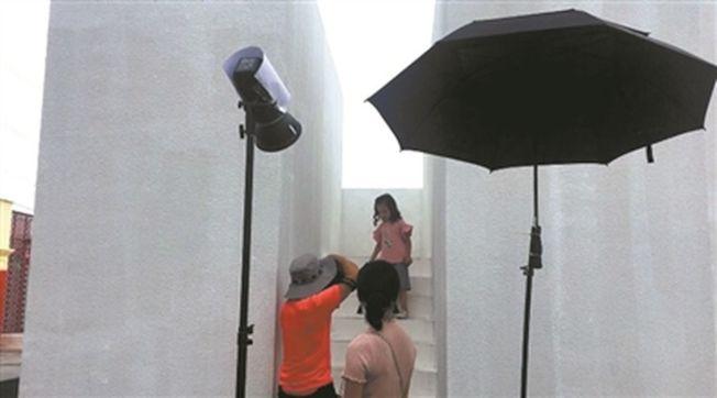 童模拍摄没有想像中轻松。  (取材自广州日报)