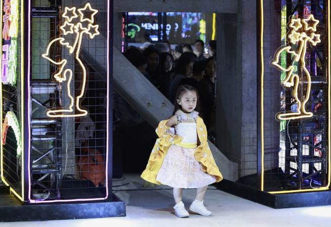 童模在儿童时尚周上展示服装。(新华社资料照片)
