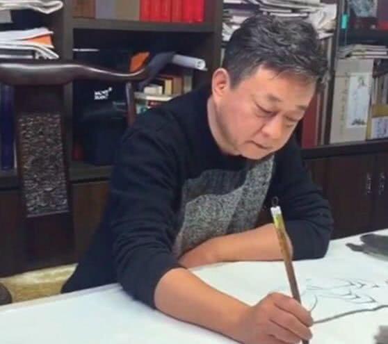 54岁朱军近照被曝光 头发花太憔悴