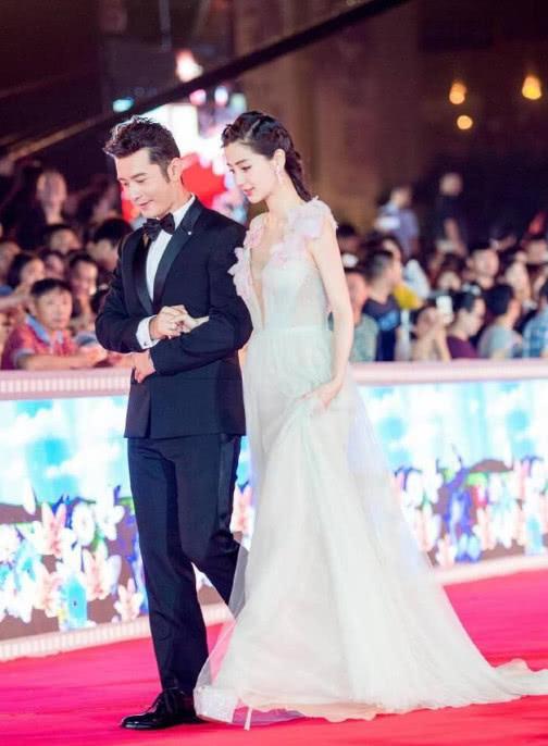 杨颖黄晓明被曝早已离婚 因合约不公开