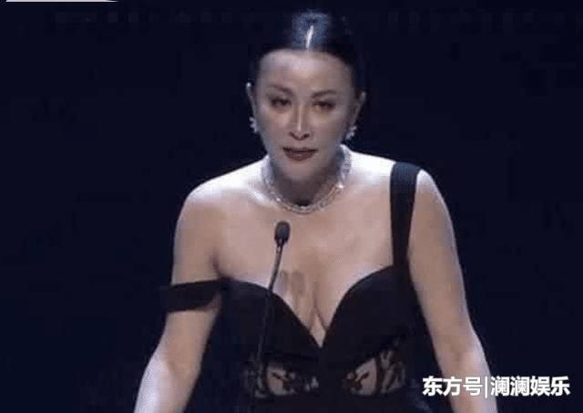 颁奖典礼刘嘉玲礼服滑落 古天乐这举动…