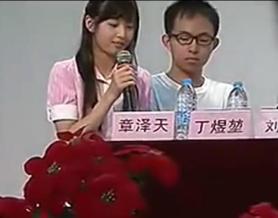 章泽天清华上学时参加辩论 那时的她好纯