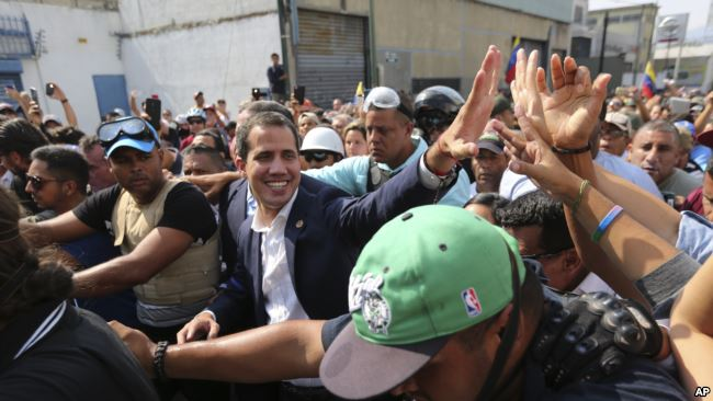委内瑞拉反对派领导人、宣布自己为临时总统的瓜伊多在加拉加斯向支持者致意。(2019年4月30日)