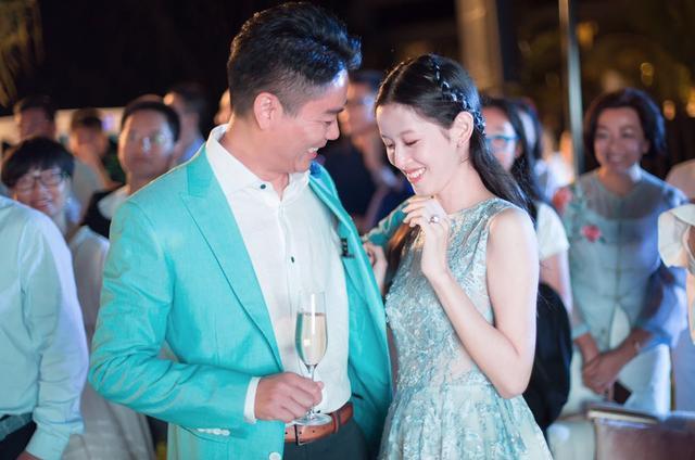 奶茶妹与刘强东划界限 荡妇羞辱失败